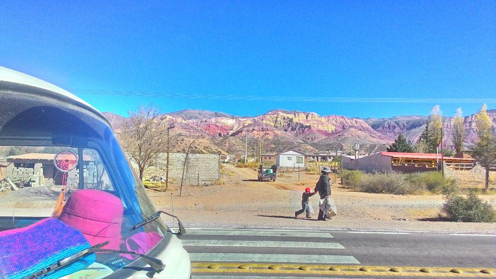 kombi e montanhas coloridas