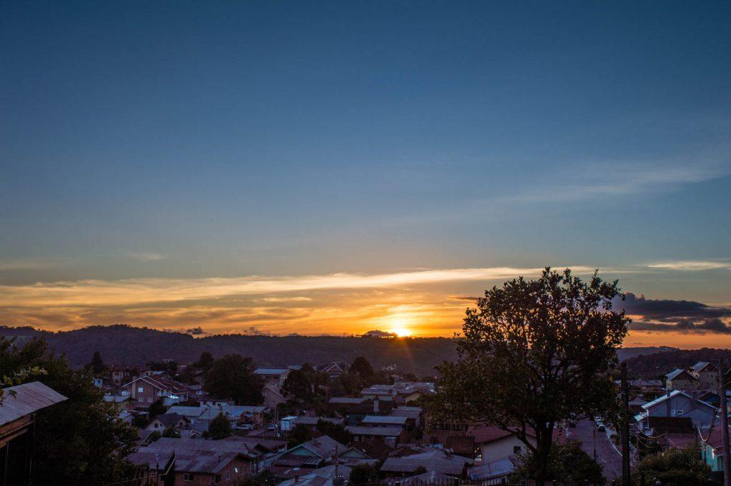 por do sol na cidade de Gramado